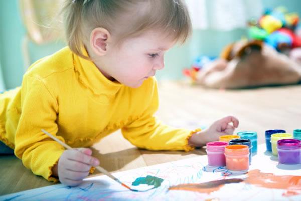Ребенок рисует схемы